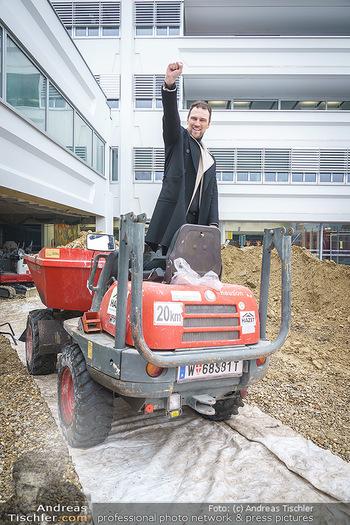 Niko Niko Fototermin - ORF Zentrum - Mi 03.02.2021 - Designer NIKO NIKO auf Baustellenfahrzeug, Dumper, Kipper9