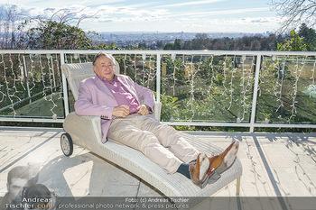 Besuch bei Richard Lugner - Privatvilla, Wien - Do 04.02.2021 - Richard LUGNER auf seiner Terrasse im Liegestuhl mit Blick über1