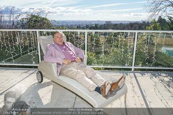 Besuch bei Richard Lugner - Privatvilla, Wien - Do 04.02.2021 - Richard LUGNER auf seiner Terrasse im Liegestuhl mit Blick über2