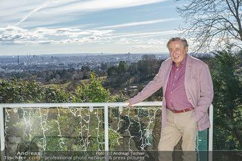 Besuch bei Richard Lugner - Privatvilla, Wien - Do 04.02.2021 - Richard LUGNER auf seiner Terrasse mit Blick über Wien3