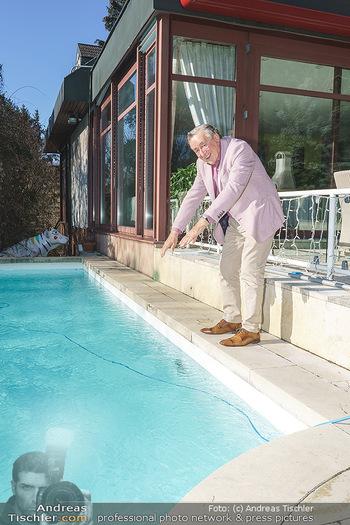 Besuch bei Richard Lugner - Privatvilla, Wien - Do 04.02.2021 - Richard LUGNER an seinem swimmingpool7