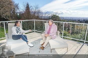 Besuch bei Richard Lugner - Privatvilla, Wien - Do 04.02.2021 - Richard LUGNER interviewt von Romina COLERUS im Liegestuhl8