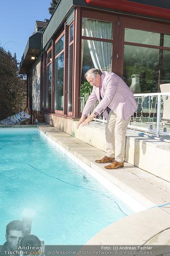 Besuch bei Richard Lugner - Privatvilla, Wien - Do 04.02.2021 - Richard LUGNER an seinem swimmingpool12