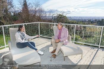 Besuch bei Richard Lugner - Privatvilla, Wien - Do 04.02.2021 - Richard LUGNER interviewt von Romina COLERUS im Liegestuhl13