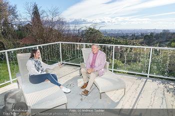 Besuch bei Richard Lugner - Privatvilla, Wien - Do 04.02.2021 - Richard LUGNER interviewt von Romina COLERUS im Liegestuhl14
