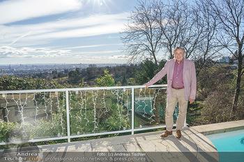 Besuch bei Richard Lugner - Privatvilla, Wien - Do 04.02.2021 - Richard LUGNER auf seiner Terrasse mit Blick über Wien16