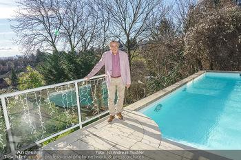 Besuch bei Richard Lugner - Privatvilla, Wien - Do 04.02.2021 - Richard LUGNER auf seiner Terrasse mit Blick über Wien17