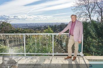 Besuch bei Richard Lugner - Privatvilla, Wien - Do 04.02.2021 - Richard LUGNER auf seiner Terrasse mit Blick über Wien18