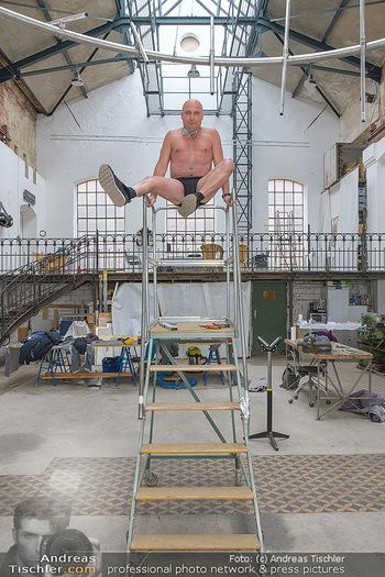 Fotoshooting zu Ladies Night - Kunsthalle Berndorf, NÖ - Di 09.02.2021 - Christoph FÄLBL auf Leiter in Fabrikshalle98
