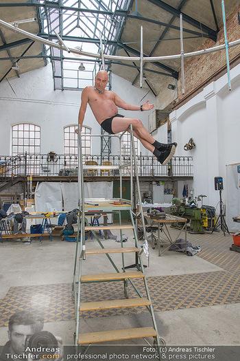 Fotoshooting zu Ladies Night - Kunsthalle Berndorf, NÖ - Di 09.02.2021 - Christoph FÄLBL auf Leiter in Fabrikshalle100
