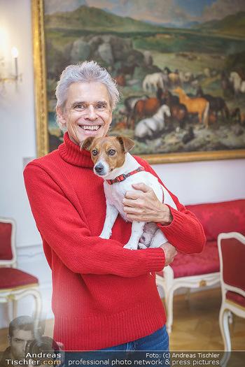 Thomas Brezina Buchpräsentation - Hofreitschule, Wien - Fr 12.02.2021 - Thomas BREZINA mit Hund Joppy31