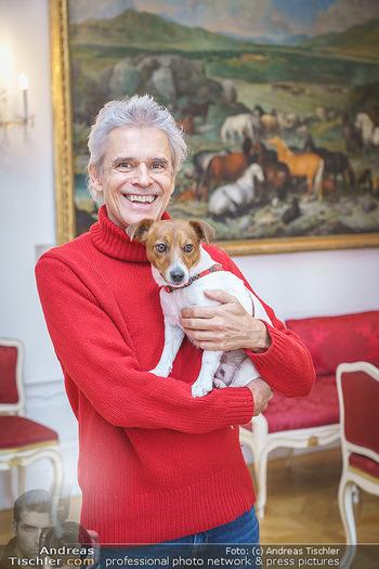 Thomas Brezina Buchpräsentation - Hofreitschule, Wien - Fr 12.02.2021 - Thomas BREZINA mit Hund Joppy32