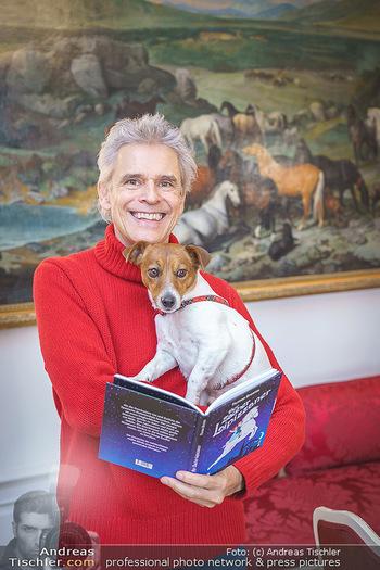 Thomas Brezina Buchpräsentation - Hofreitschule, Wien - Fr 12.02.2021 - Thomas BREZINA mit Hund Joppy33