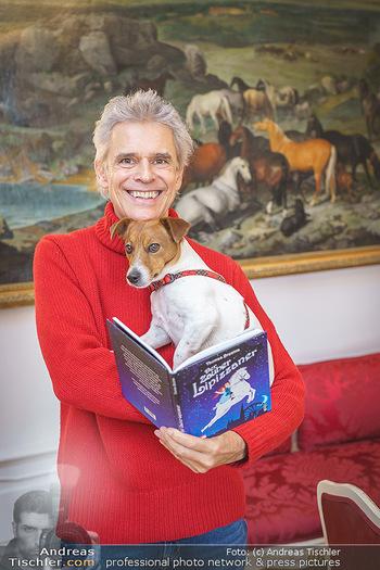 Thomas Brezina Buchpräsentation - Hofreitschule, Wien - Fr 12.02.2021 - Thomas BREZINA mit Hund Joppy34