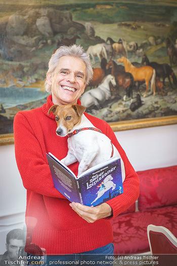 Thomas Brezina Buchpräsentation - Hofreitschule, Wien - Fr 12.02.2021 - Thomas BREZINA mit Hund Joppy35