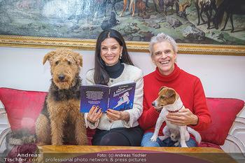Thomas Brezina Buchpräsentation - Hofreitschule, Wien - Fr 12.02.2021 - Thomas BREZINA mit Hund Joppy, Sonja KLIMA mit Hund Aramis36