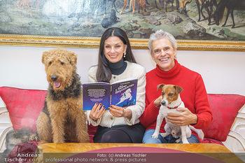 Thomas Brezina Buchpräsentation - Hofreitschule, Wien - Fr 12.02.2021 - Thomas BREZINA mit Hund Joppy, Sonja KLIMA mit Hund Aramis37