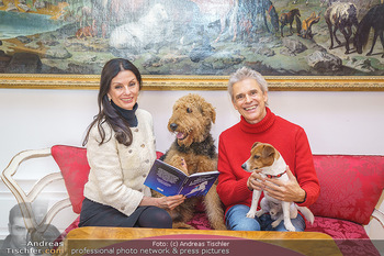 Thomas Brezina Buchpräsentation - Hofreitschule, Wien - Fr 12.02.2021 - Thomas BREZINA mit Hund Joppy, Sonja KLIMA mit Hund Aramis38