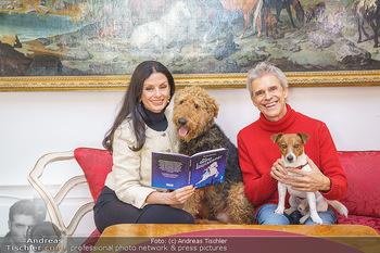 Thomas Brezina Buchpräsentation - Hofreitschule, Wien - Fr 12.02.2021 - Thomas BREZINA mit Hund Joppy, Sonja KLIMA mit Hund Aramis39