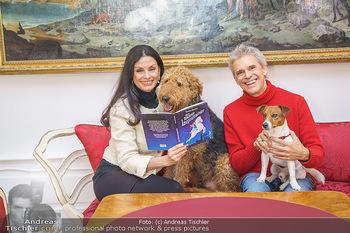 Thomas Brezina Buchpräsentation - Hofreitschule, Wien - Fr 12.02.2021 - Thomas BREZINA mit Hund Joppy, Sonja KLIMA mit Hund Aramis40