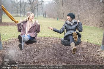 Spaziergang mit Silvia Schneider - Wiener Prater - Mo 22.02.2021 - Silvia SCHNEIDER interviewt von Romina COLERUS beim Schaukeln22