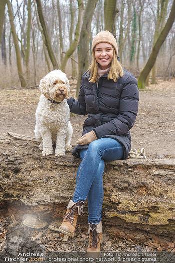 Spaziergang mit Julia Furdea - Prater, Wien - Di 02.03.2021 - Julia FURDEA mit ihrem Hund Lumi1