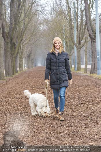 Spaziergang mit Julia Furdea - Prater, Wien - Di 02.03.2021 - Julia FURDEA mit ihrem Hund Lumi2