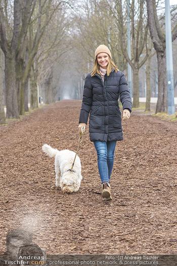 Spaziergang mit Julia Furdea - Prater, Wien - Di 02.03.2021 - Julia FURDEA mit ihrem Hund Lumi3