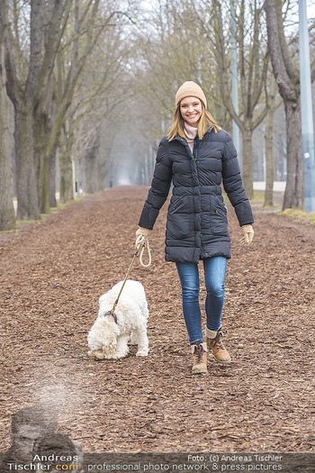 Spaziergang mit Julia Furdea - Prater, Wien - Di 02.03.2021 - Julia FURDEA mit ihrem Hund Lumi4