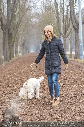 Spaziergang mit Julia Furdea - Prater, Wien - Di 02.03.2021 - Julia FURDEA mit ihrem Hund Lumi5
