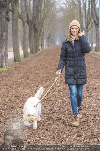 Spaziergang mit Julia Furdea - Prater, Wien - Di 02.03.2021 - Julia FURDEA mit ihrem Hund Lumi6