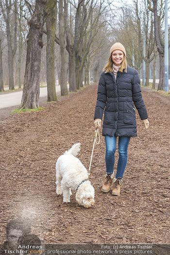 Spaziergang mit Julia Furdea - Prater, Wien - Di 02.03.2021 - Julia FURDEA mit ihrem Hund Lumi7