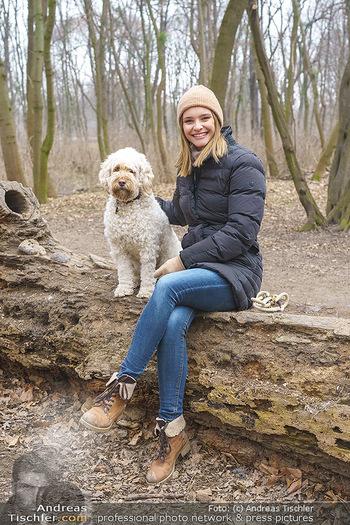 Spaziergang mit Julia Furdea - Prater, Wien - Di 02.03.2021 - Julia FURDEA mit ihrem Hund Lumi15