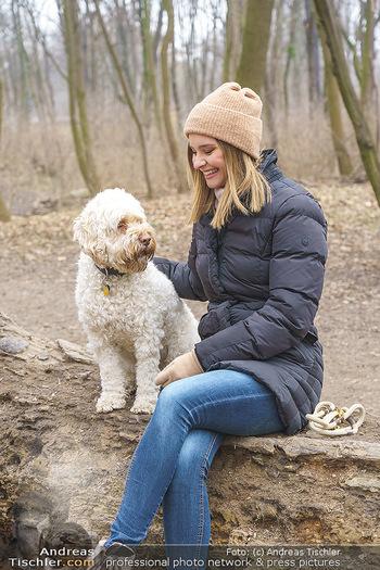 Spaziergang mit Julia Furdea - Prater, Wien - Di 02.03.2021 - Julia FURDEA mit ihrem Hund Lumi16