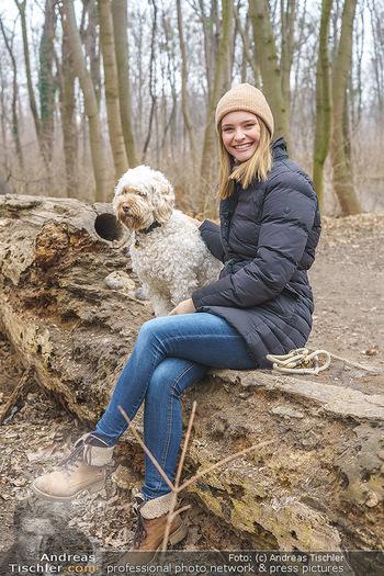 Spaziergang mit Julia Furdea - Prater, Wien - Di 02.03.2021 - Julia FURDEA mit ihrem Hund Lumi17