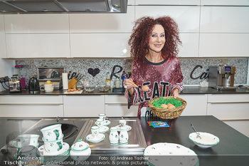 Eierpecken mit den Lugners - Lugner Privatvilla - Mi 10.03.2021 - Christina LUGNER in der Küche mit Osternest2