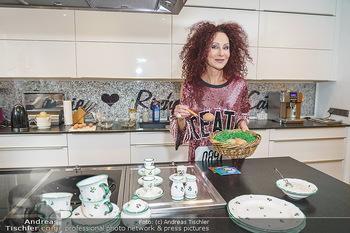 Eierpecken mit den Lugners - Lugner Privatvilla - Mi 10.03.2021 - Christina LUGNER in der Küche mit Osternest3