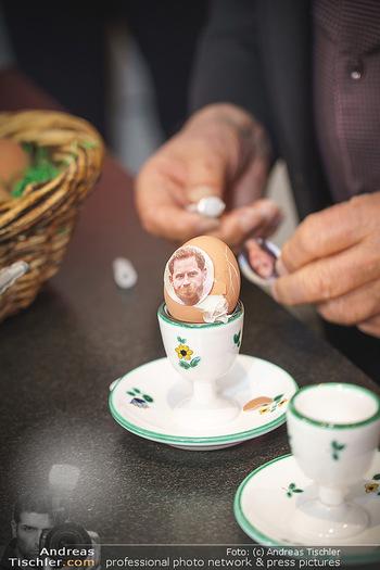 Eierpecken mit den Lugners - Lugner Privatvilla - Mi 10.03.2021 - Richard LUGNER gestaltet seine Ostereier mit Prinz Harry Pickerl5