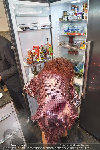 Eierpecken mit den Lugners - Lugner Privatvilla - Mi 10.03.2021 - Christina wirft einen Blick in den Kühlschrank von Richard LUGN6