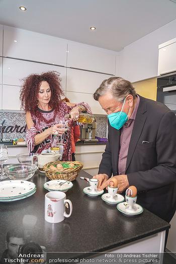 Eierpecken mit den Lugners - Lugner Privatvilla - Mi 10.03.2021 - Christina und Richard LUGNER7