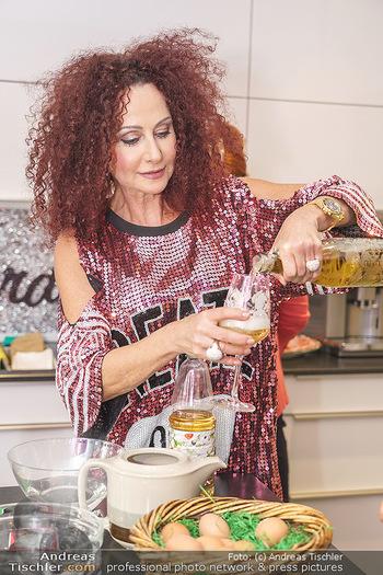 Eierpecken mit den Lugners - Lugner Privatvilla - Mi 10.03.2021 - Christina LUGNER in der Küche8
