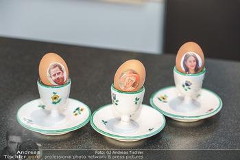 Eierpecken mit den Lugners - Lugner Privatvilla - Mi 10.03.2021 - Ostereier - nicht bemalt sondern beklebt von Richard Lugner - mi14
