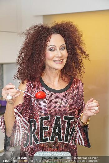 Eierpecken mit den Lugners - Lugner Privatvilla - Mi 10.03.2021 - Christina LUGNER in der Küche15