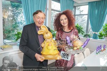 Eierpecken mit den Lugners - Lugner Privatvilla - Mi 10.03.2021 - Richard und Christina LUGNER mit Osterhasen25