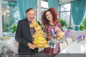 Eierpecken mit den Lugners - Lugner Privatvilla - Mi 10.03.2021 - Richard und Christina LUGNER mit Osterhasen26