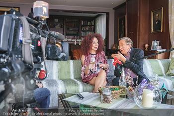 Eierpecken mit den Lugners - Lugner Privatvilla - Mi 10.03.2021 - Christina und Richard LUGNER in seinem Wohnzimmer bei einem Fern52
