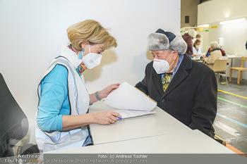 Richard Lugner Covid-19 Impfung - VHS Donaustadt, Wien - Di 16.03.2021 - Richard LUGNER bei der Anmeldung6