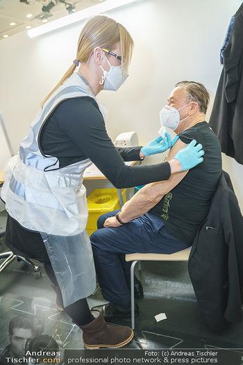Richard Lugner Covid-19 Impfung - VHS Donaustadt, Wien - Di 16.03.2021 - Richard LUGNER wird von Krankenschwester Melanie geimpft8