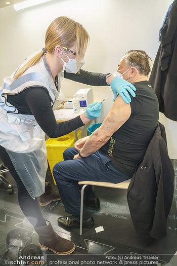 Richard Lugner Covid-19 Impfung - VHS Donaustadt, Wien - Di 16.03.2021 - Richard LUGNER wird von Krankenschwester Melanie geimpft9