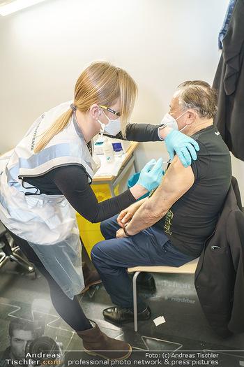 Richard Lugner Covid-19 Impfung - VHS Donaustadt, Wien - Di 16.03.2021 - Richard LUGNER wird von Krankenschwester Melanie geimpft10